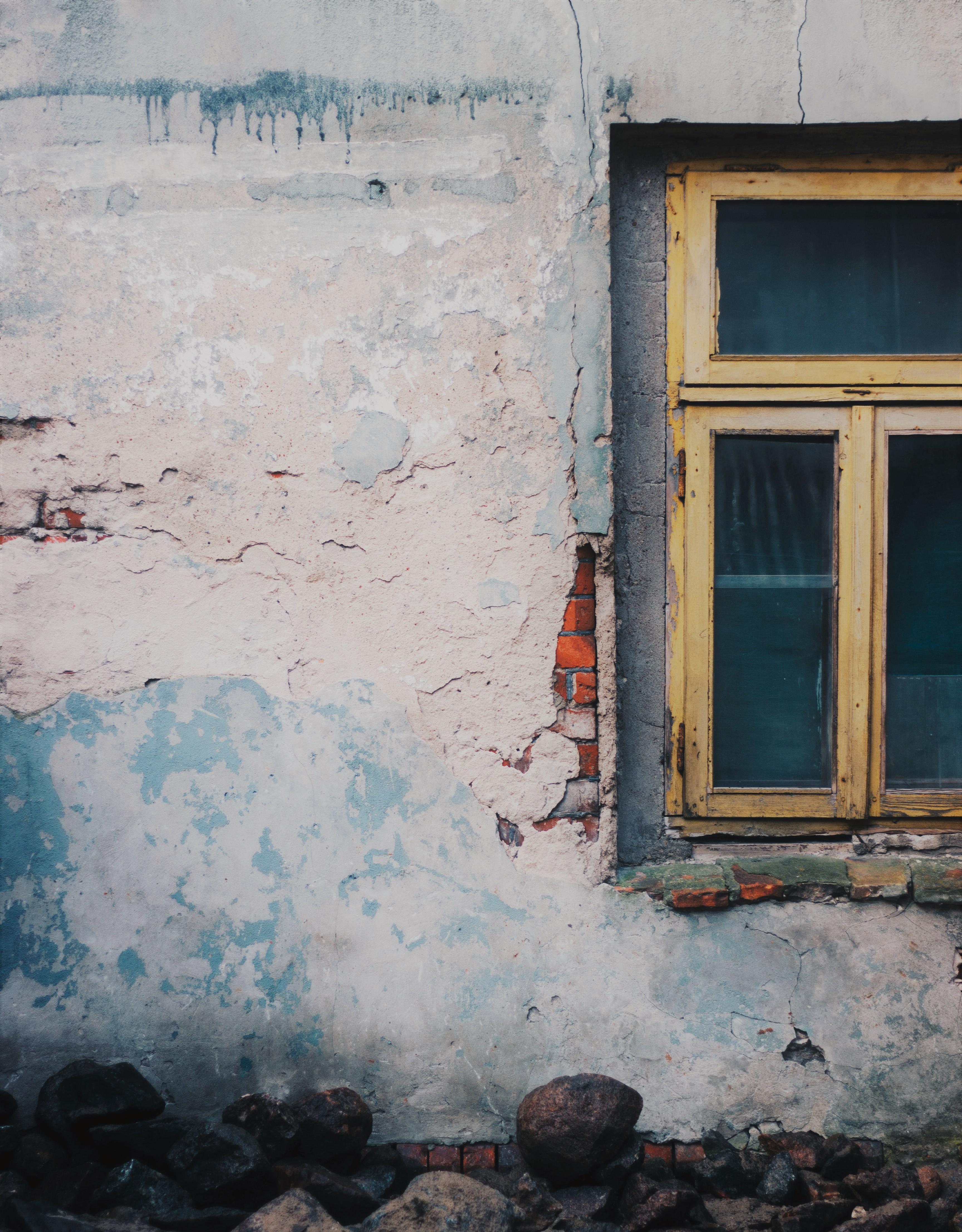 Cadre fenêtre et pierres